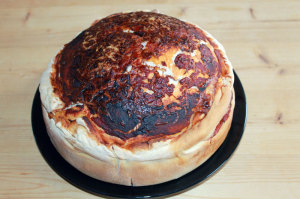 Geschichtete Pizzatorte aus Germteig, Tomaten, Salami und Käse
