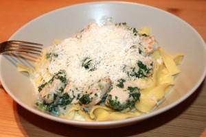 Italienische Teigwaren an einer leichten Rahmsoße mit Spinat und Putenstreifen