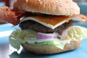 Burger mit Rindfleisch, Salat, Tomaten und Käse