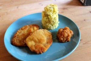 Schnitzel Wiener Art an Kartoffelturm mit steirischem Apfelkren